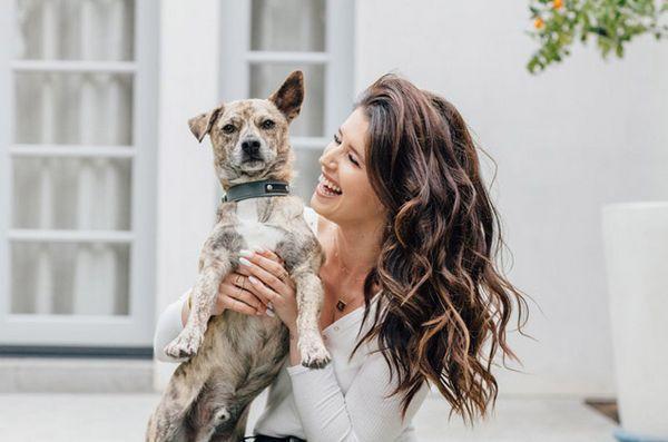 La fille d`Arnie écrit un livre d`adoption de chien pour enfants basé sur une histoire vraie