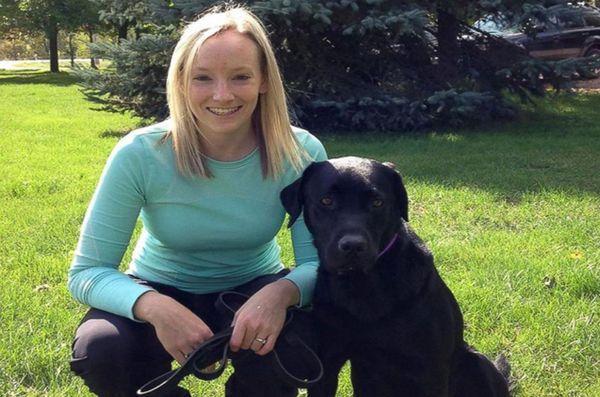 Un chien se tient sur ses gardes pour les enfants canadiens qui témoignent devant le tribunal