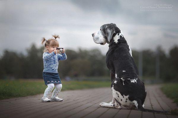 Nouveau livre mettant en vedette les petits enfants et leurs gros chiens