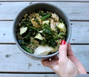 Nourriture pour chien fait maison avec poulet et légumes